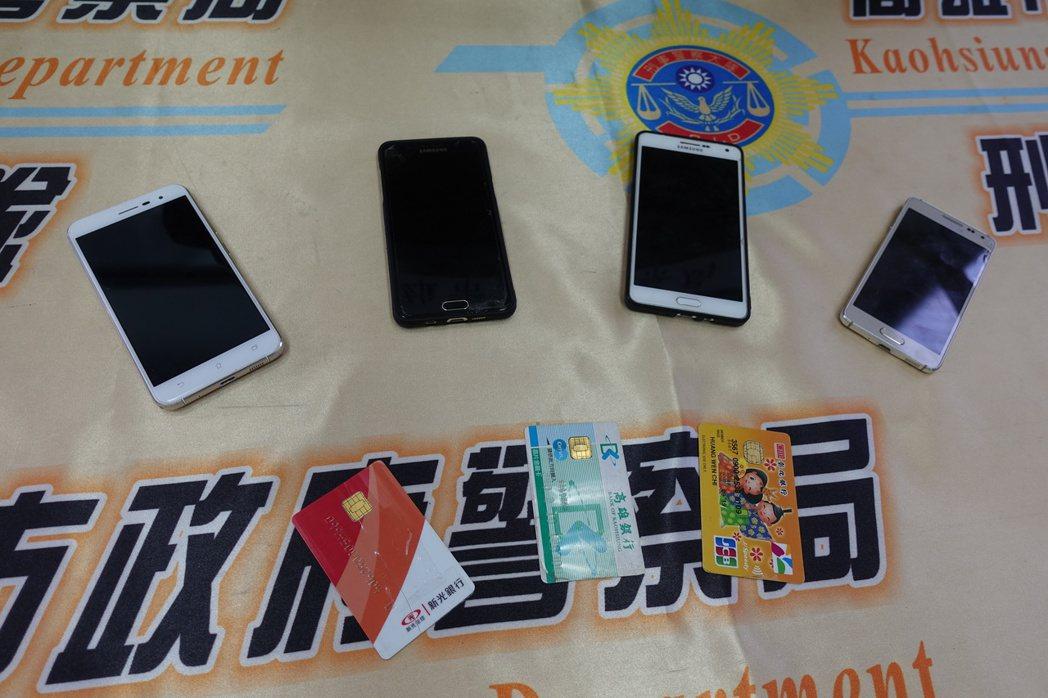 警方查扣手機、金融卡等物品。記者劉星君/攝影