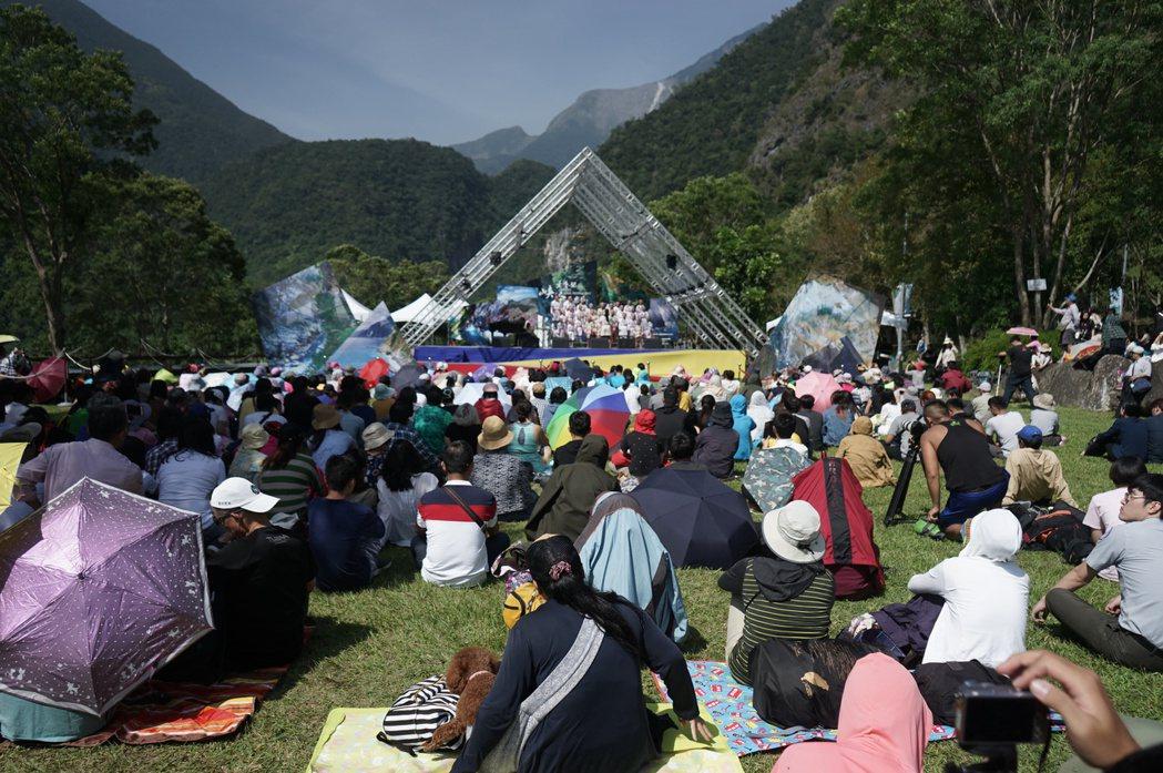 太魯閣峽谷音樂會今天在太魯閣國家公園登場,上千民眾坐看峽谷聽音樂,享受悠閒一日。