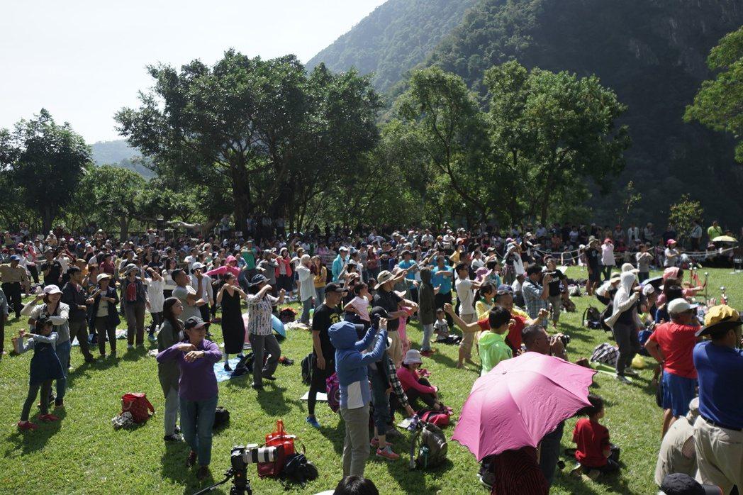 太魯閣峽谷音樂會今天在太魯閣國家公園登場,上千民眾隨著台上表演一起搖擺。記者王燕...