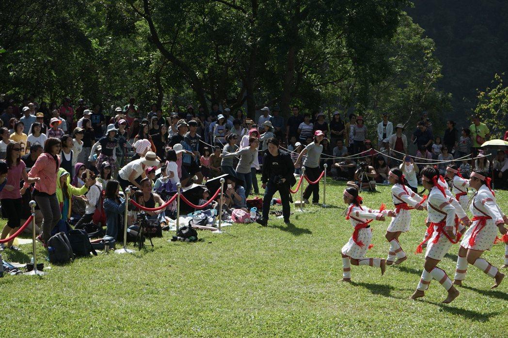 太魯閣峽谷音樂節今天在太魯閣國家公園登場,開唱的萬榮國小合唱團,與觀眾互動帶來一...