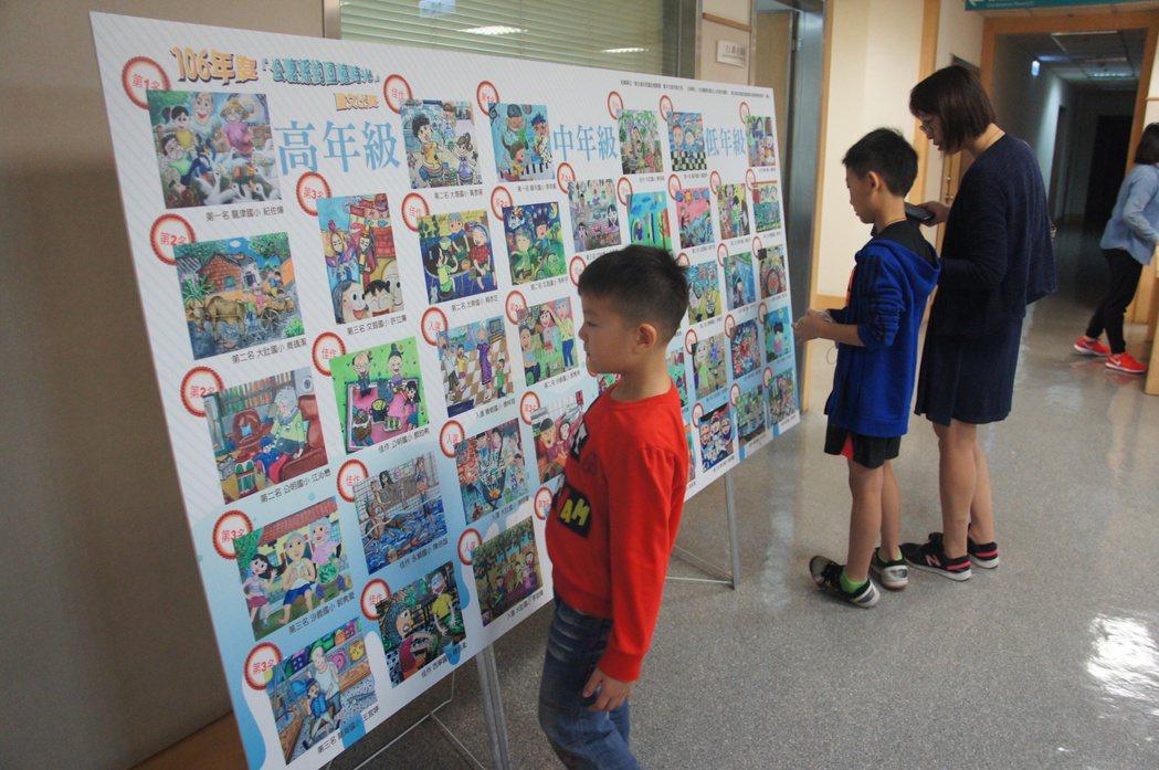 光田醫院舉辦祖孫繪畫比賽,許多學童為此繪畫許多與公嬤的共同回憶。記者洪上元/攝影