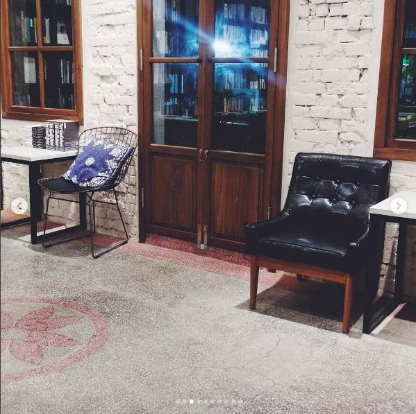 改造七十年老屋的浮光書店,保留老屋獨有的磨石子地板。圖/記者江佩君攝影