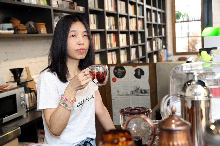 浮光書店店主人陳正菁認為,書店與咖啡是最完美的結合。圖/記者林俊良攝影