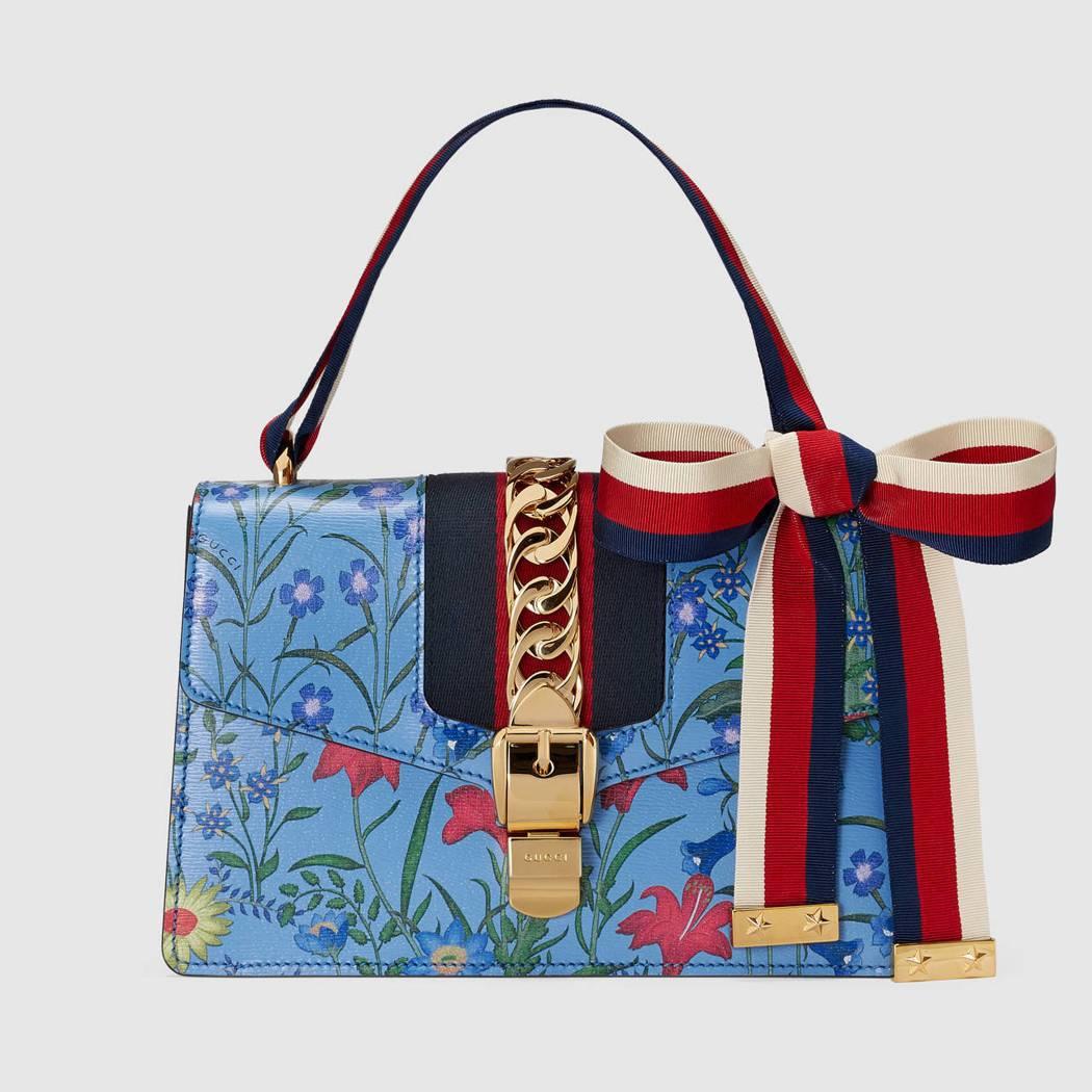 Sylvie 織帶裝飾印花肩背包,87,900元。圖/古馳提供