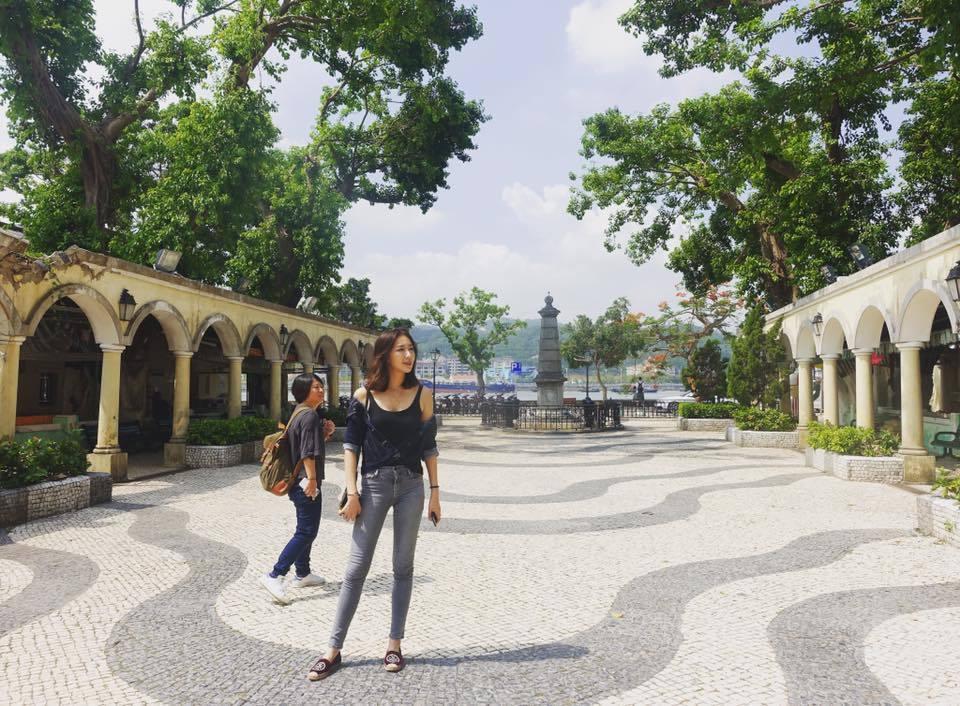 隋棠和老公Tony日前赴澳門旅遊,鉛筆美腿怎麼拍都時尚。圖/摘自隋棠臉書