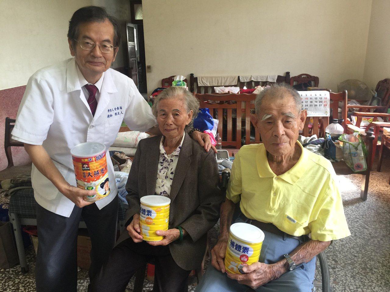 藥師陳立人(左一)拜訪同為96歲的李明山(右)、李黃春雪(左)夫婦。記者吳政修/...