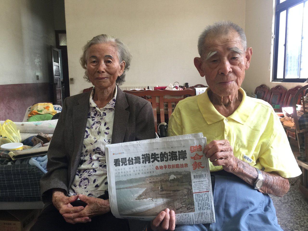 同為96歲的李明山(右)、李黃春雪(左)夫婦看聯合報逾50年。記者吳政修/攝影