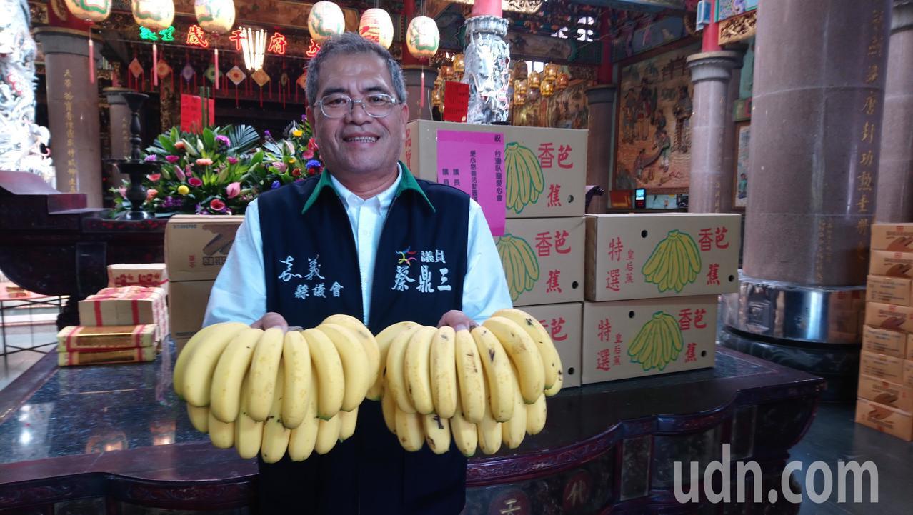 蔡鼎三說,吃香蕉幫助蕉農也顧健康。 記者卜敏正/攝影