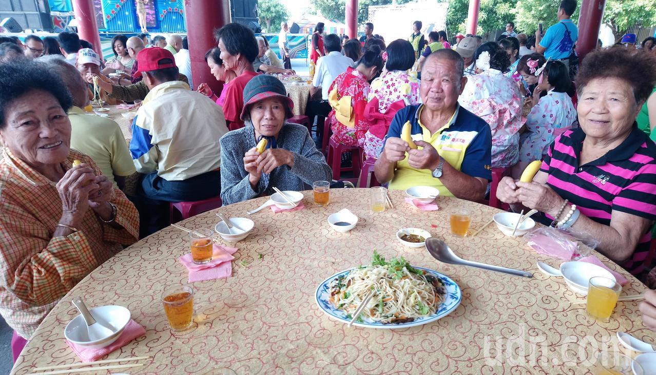 愛心餐會用餐前,每人都分到一根香蕉。 記者卜敏正/攝影