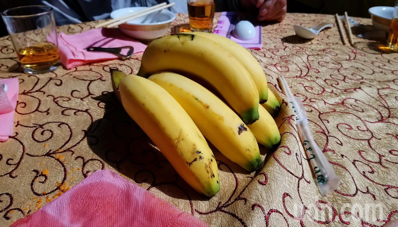 愛心餐會每桌都分一串香蕉。 記者卜敏正/攝影