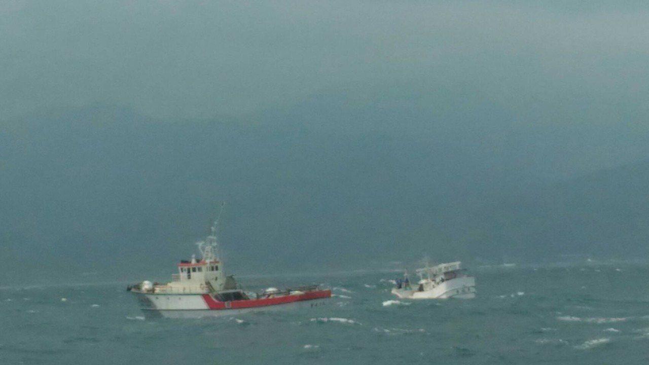 蘇澳籍漁船「 金福恩2號」今天上午在水湳洞外海失去動力,海巡艇前往協助救援。圖/...