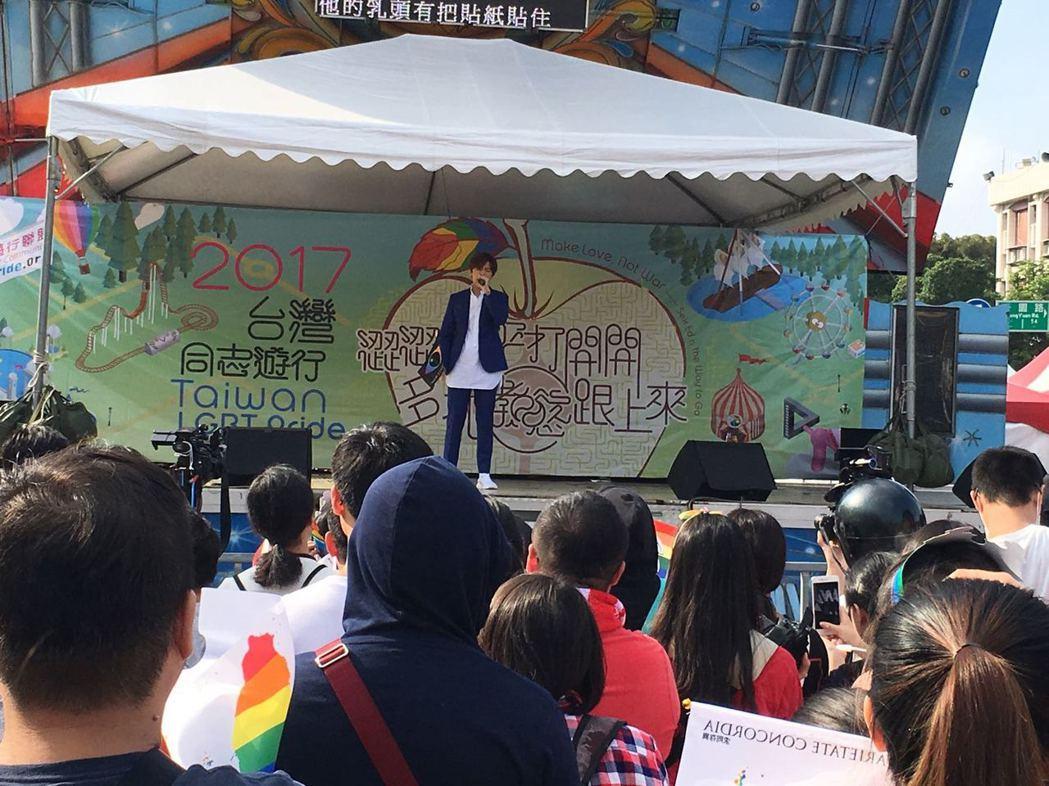 方泂鑌在同志遊行前上台演唱。圖/讀者提供