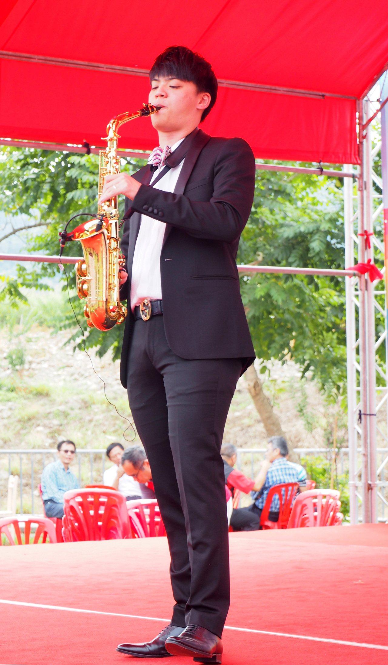 工藝稻草文化節今年邀請赴法學成歸國的「薩克斯風小鮮肉」林寬登台演奏。記者賴香珊/...