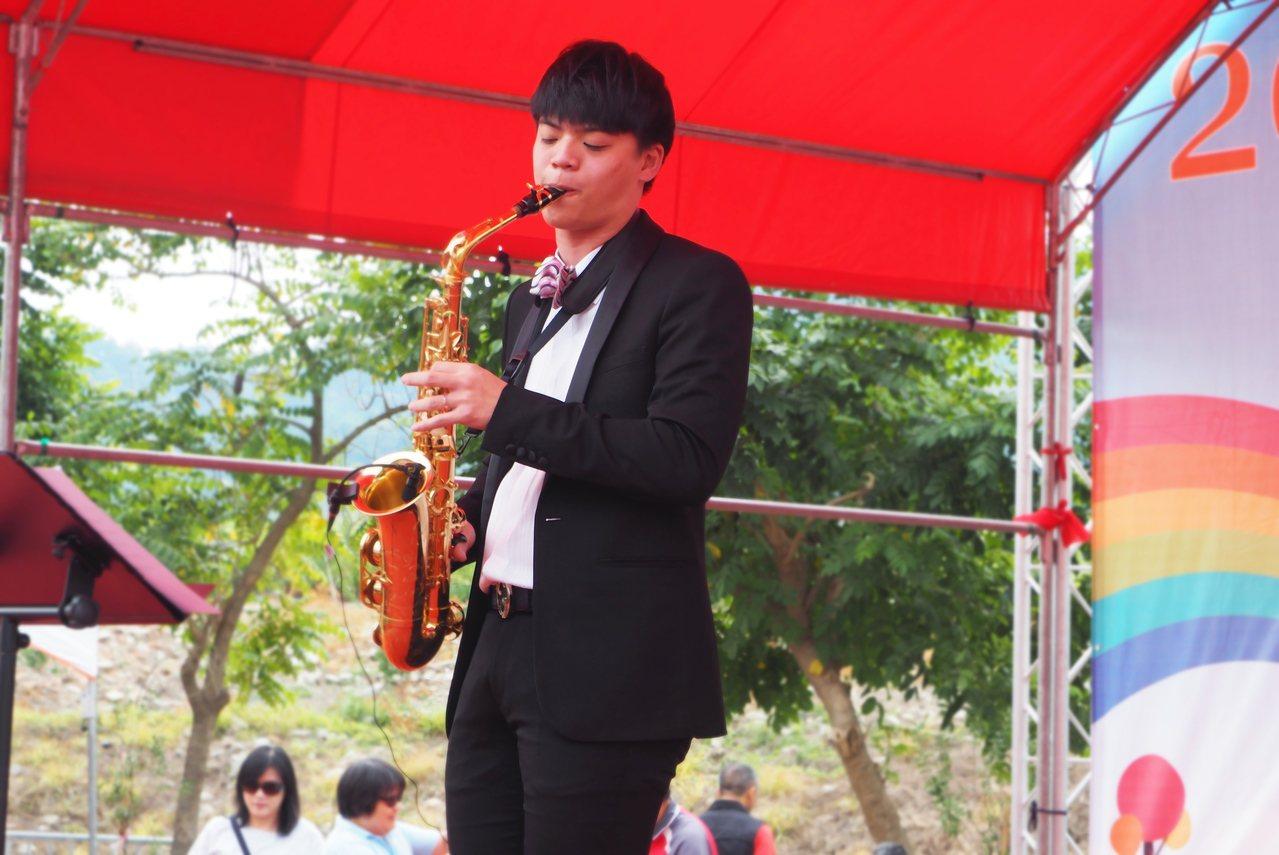 林寬今赴工藝稻草文化節義演,因擁黃金8頭身比例,且樂藝精湛,上台就成焦點。記者賴...