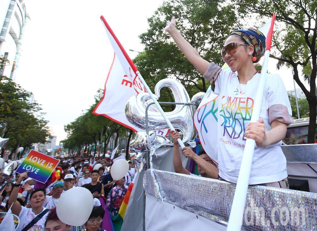 日本歌手米西亞現身台北同志大遊行,跟民眾ㄧ同享受這場盛會。記者王騰毅/攝影