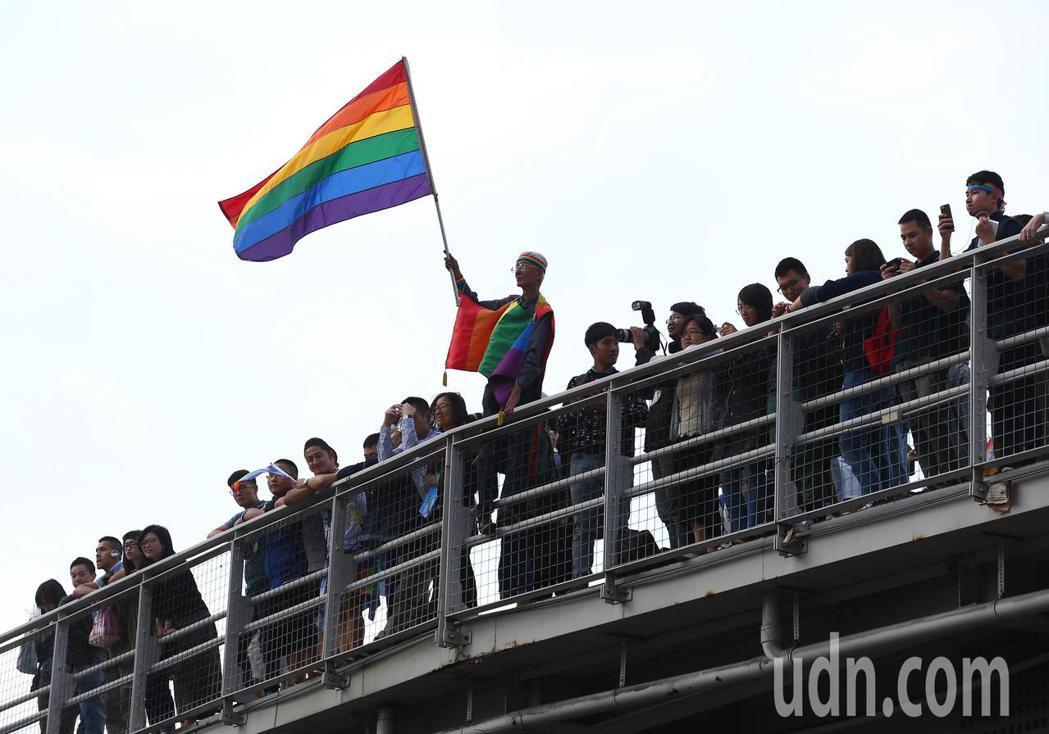 日本歌手米西亞參加同志大遊行,吸引同志平權運動者祁家威等民眾爭睹。記者王騰毅/攝...