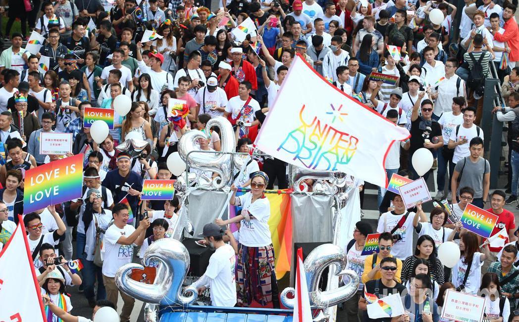 日本歌手米西亞(中)現身台北同志大遊行,跟民眾ㄧ同享受這場盛會。記者王騰毅/攝影
