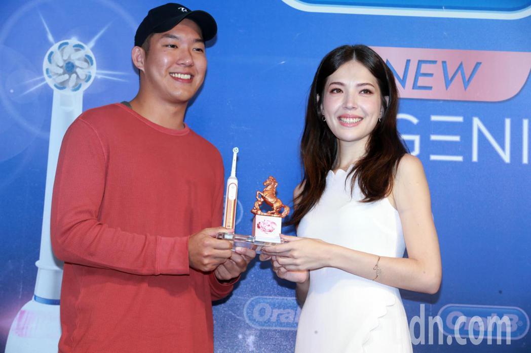 粉絲送上玫瑰金的金馬獎座預祝許瑋甯得獎。記者徐兆玄/攝影