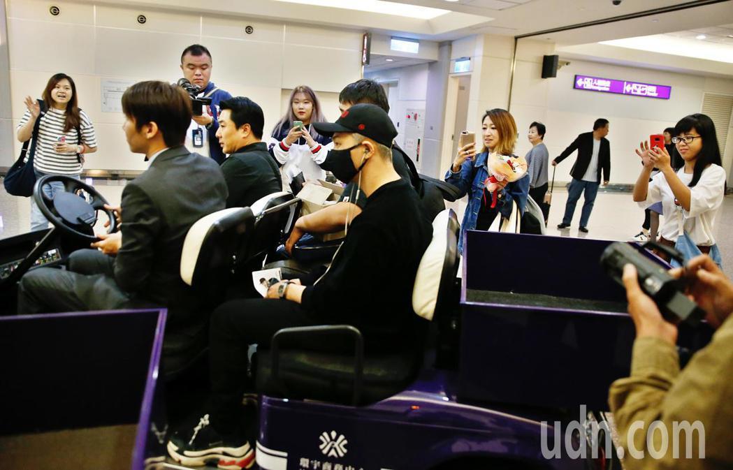 「BIGBANG」的太陽傍晚搭乘SQ-878班機抵台,管制區內有五位粉絲在閘口等...