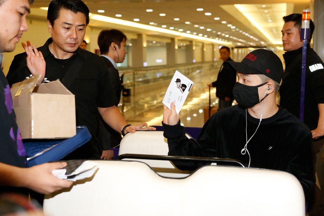 「BIGBANG」的太陽傍晚搭乘SQ-878班機抵台,一位幸運的粉絲突破保鏢的重