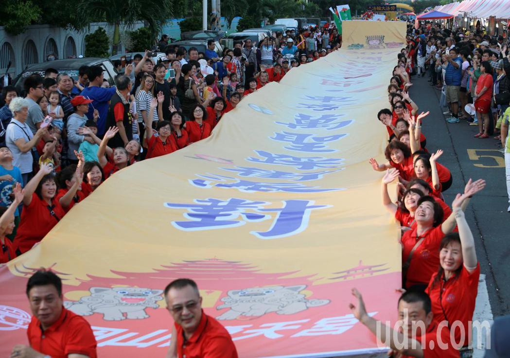 一年一度的岡山媽祖文化節今天登場,主辦單位舉辦東方萬聖節主題遊行踩街,場面熱鬧非...