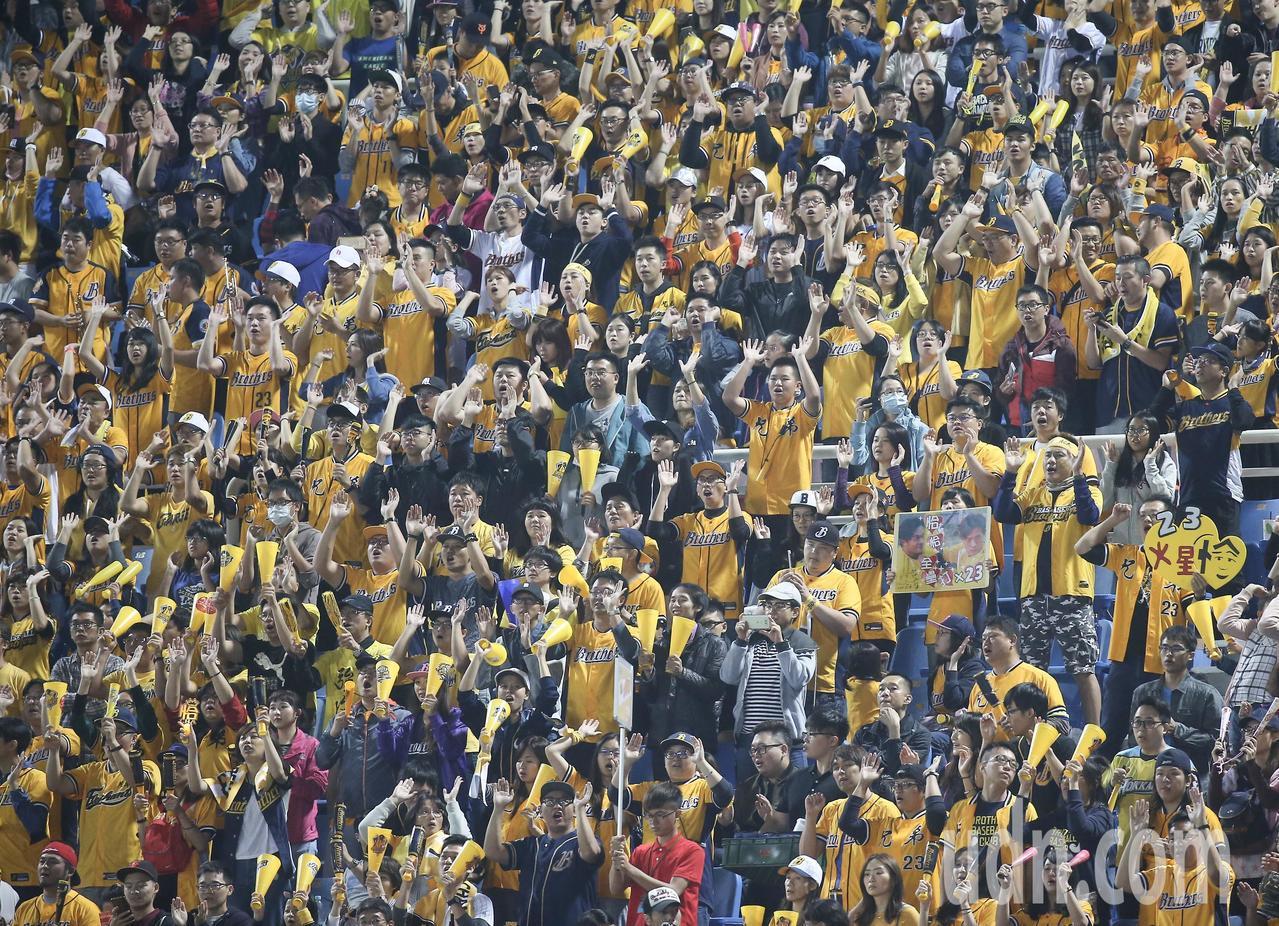 中華職棒總冠軍賽首戰,中信兄弟球迷擠滿外野。記者余承翰/攝影