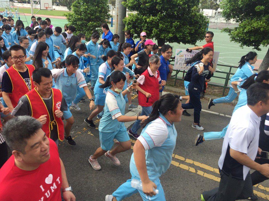 學生展開馬拉松慢跑,為弱勢募款,場面壯觀。記者郭宣彣/攝影