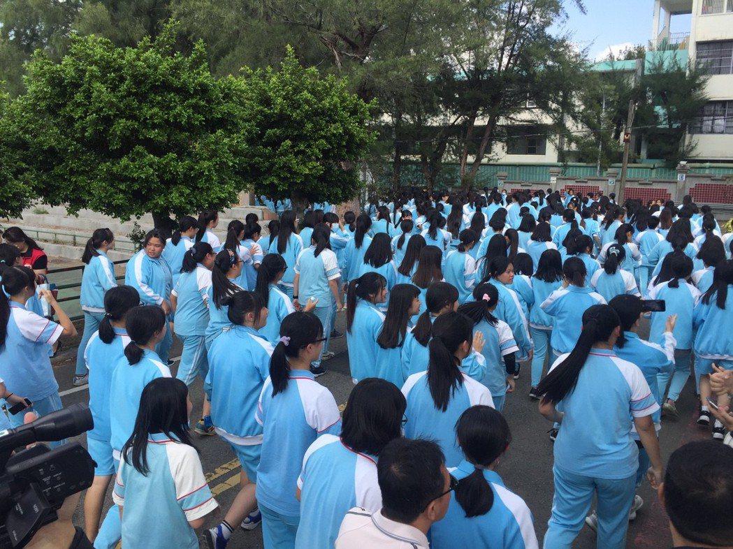 鳴槍後,學生一起跑步,跑完5公里的路程。記者郭宣彣/攝影