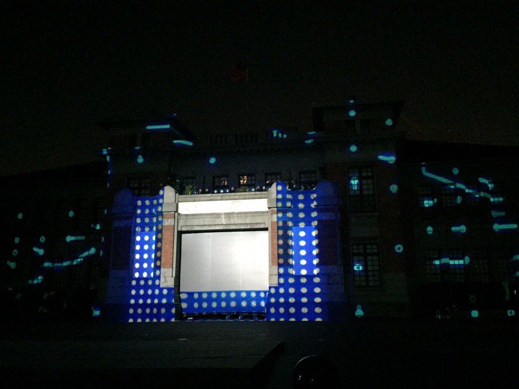 新竹市政府光雕秀今天首映,展開光雕秀,投射藍色燈光有種神秘感。記者郭宣彣/攝影