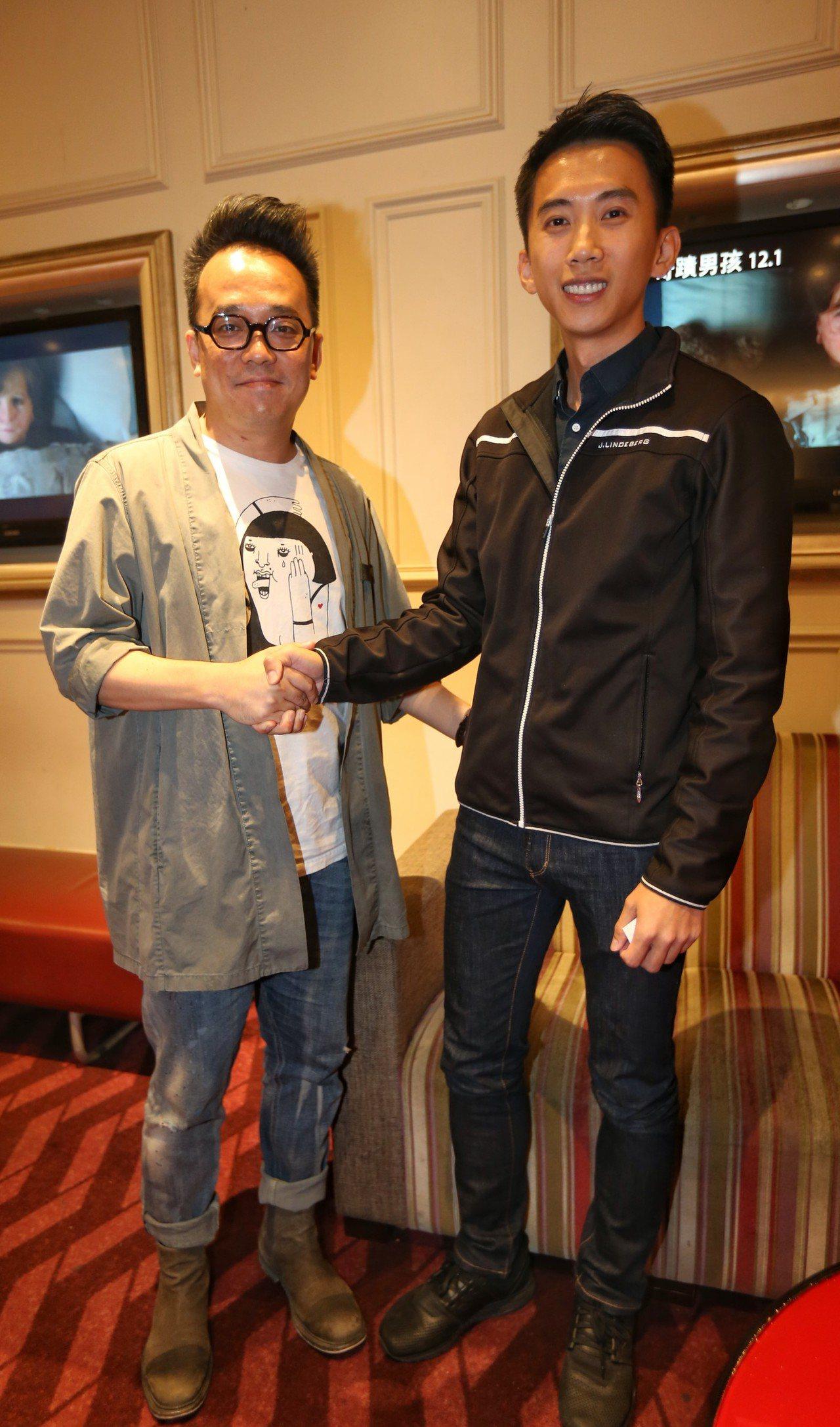 翻滾系列的導演林育賢(左)和天創總經理鄭少武相見歡。 圖/天創提供