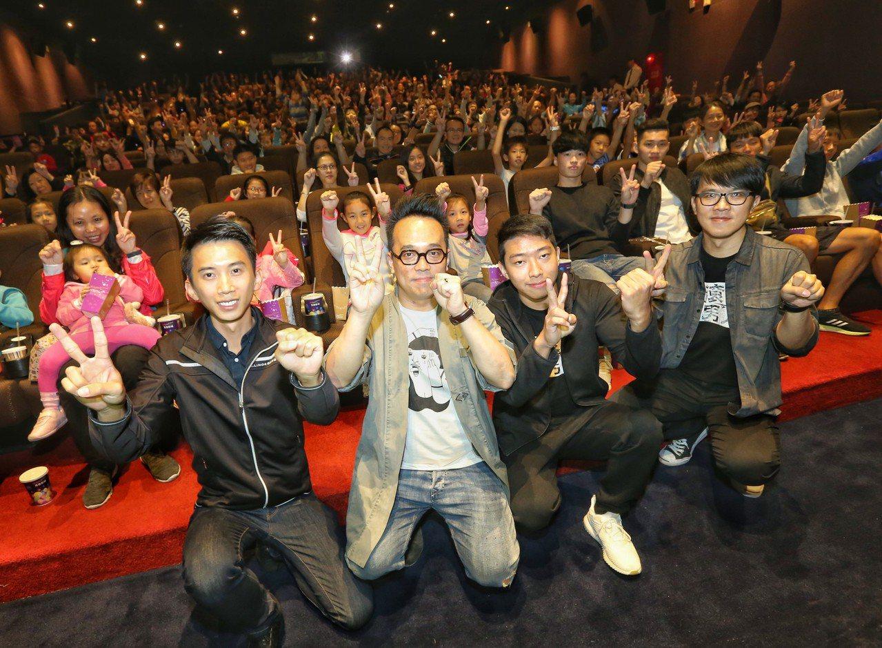 林育賢(左二)、黃克強(右二)驚喜現身電影院。 圖/天創提供