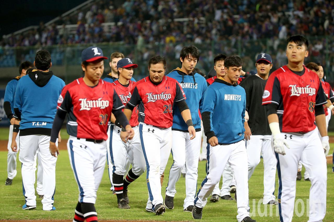 中華職棒總冠軍賽首戰,Lamigo桃猿以5比8不敵中信兄弟,球員賽後低頭走下場。...