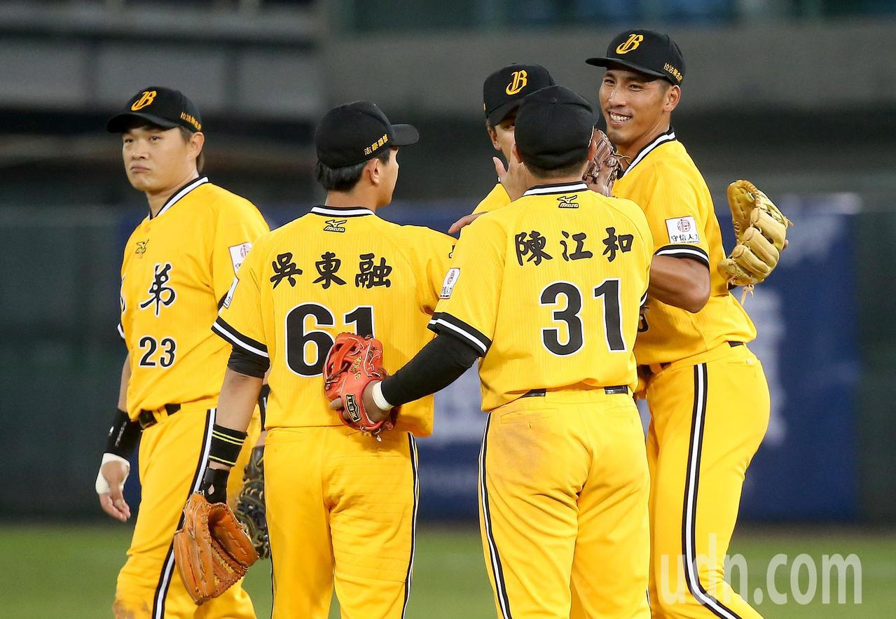 中華職棒總冠軍賽首戰,中信兄弟以8比5擊敗Lamigo桃猿,賽後球員擊掌慶祝。記...