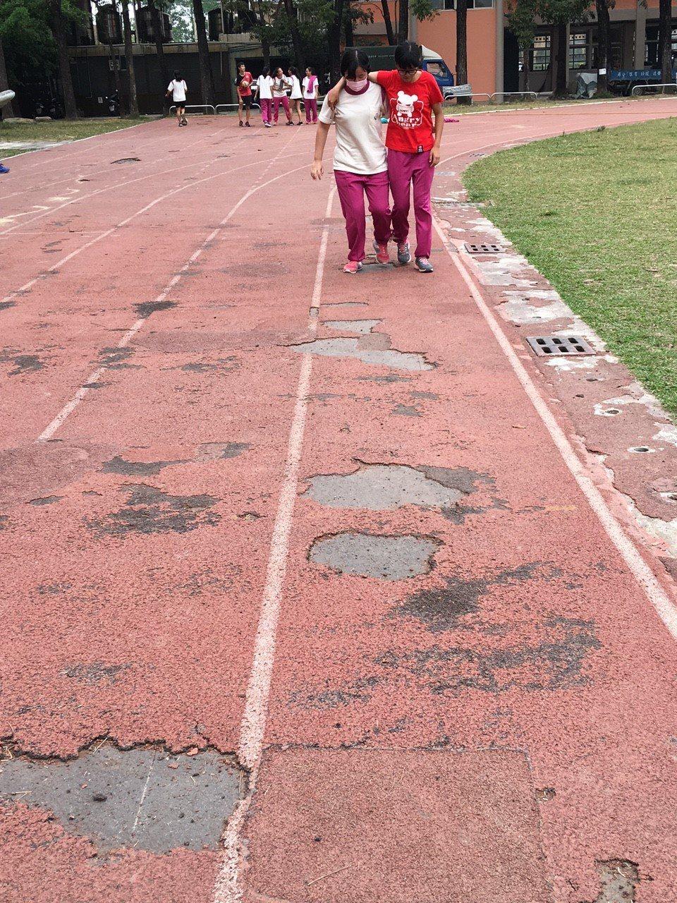 阿蓮國中跑道基層不平,PU面層剝離情形嚴重。圖/阿蓮國中提供