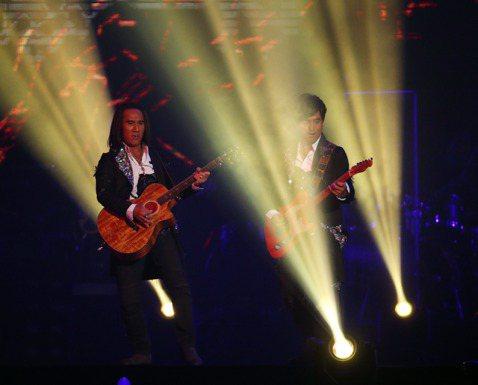 動力火車「跟動力合唱」20周年演唱會28日從台北小巨蛋起跑,2人站在數字「20」的造景後方高架上,背著吉他帥氣現身;為回味出道前的光景,其中一段還打造成pub氛圍,2人頭頂上秀出當年的原始團名「處男...