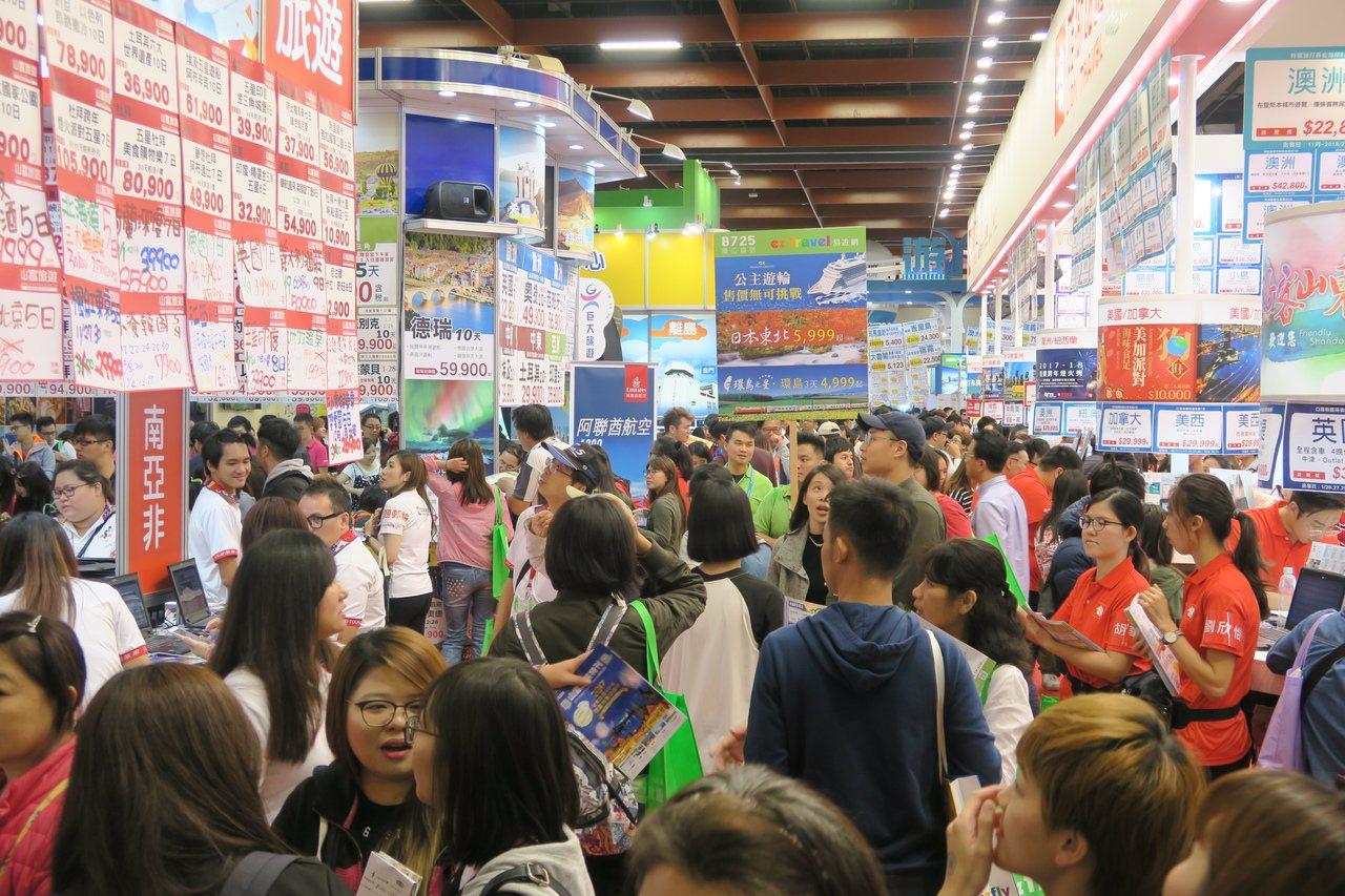 台北國際旅展於28日迎來首個假日,單日達9.8萬人次。記者陳睿中/攝影