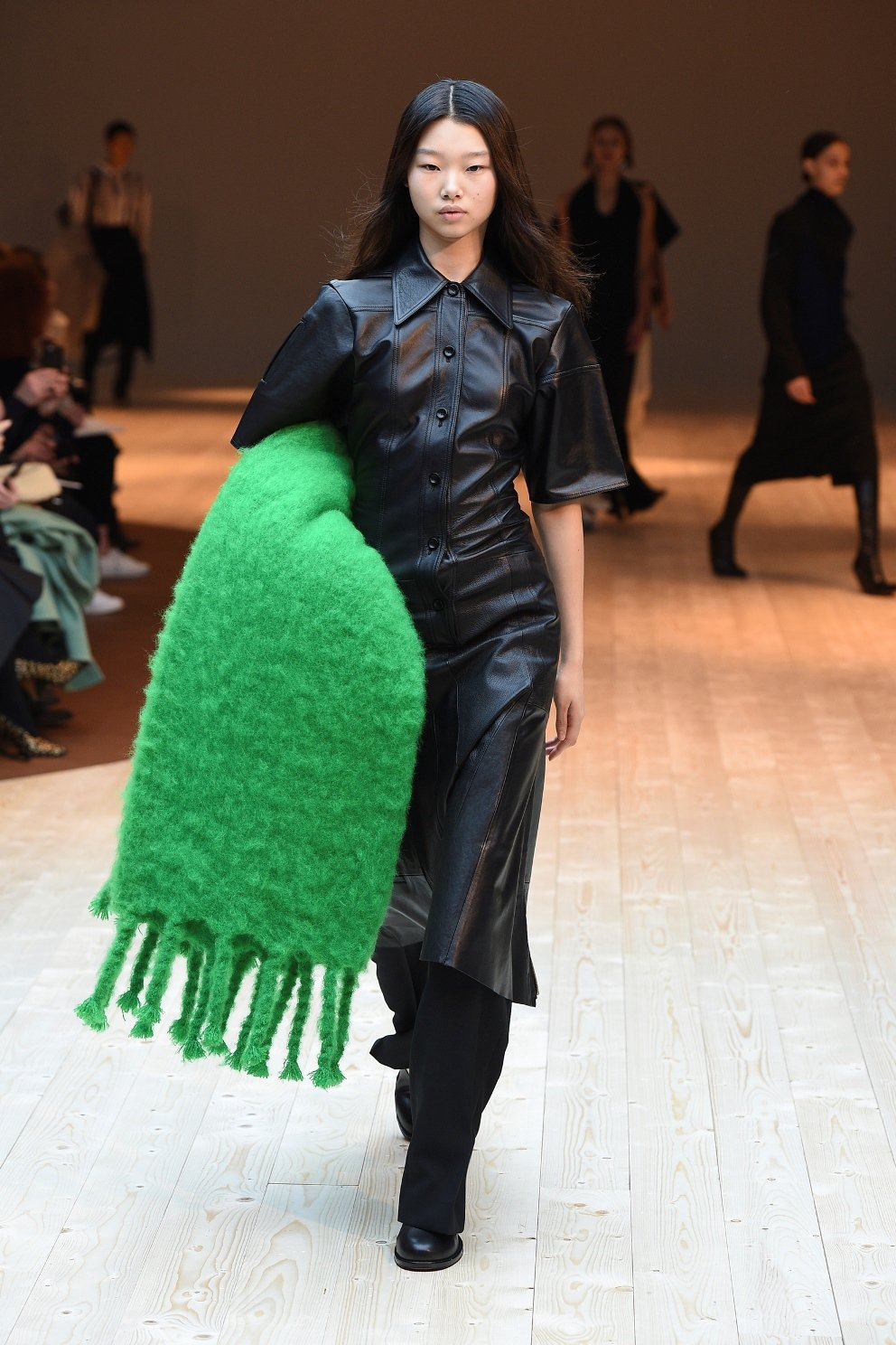CÉLINE Blanket亮綠色毛毯,售價37,000元。圖/CÉLINE提供