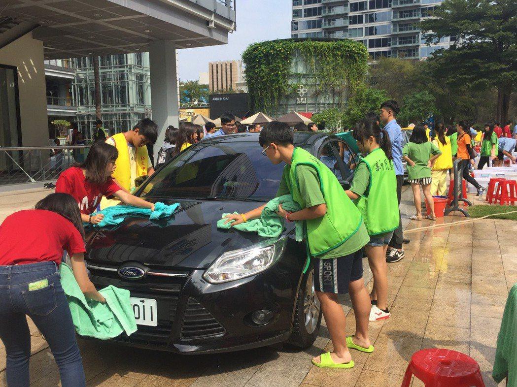 安得烈慈善協會與崇友基金會合作,今天辦理「青少年服務學習洗車活動計畫」,邀請18...