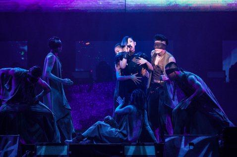 林憶蓮「PRANAVA造樂者世界巡迴演唱會」經過1年半的巡迴演出,27日晚間再度重返香港紅磡體育館,舉行一連4天的安可場演出,內容、舞台、硬體、服裝全面翻新,成本比之前多1000多萬。最感人的是,她...