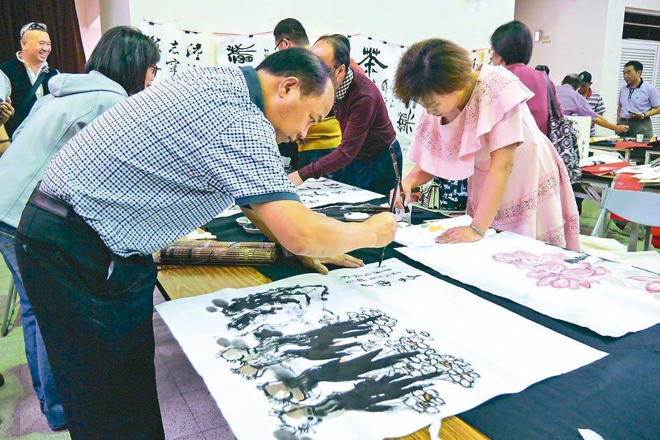 廣州市穗台經濟文化交流中心昨邀請9名廣州書畫家,選在重陽節揮毫贈台南銀髮族書畫。...