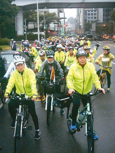 環島單車旅有多人參加。 圖/返老還童氣功組織提供
