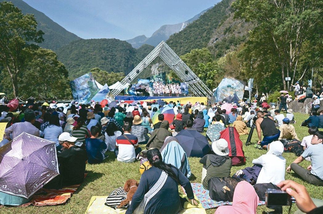 花蓮太魯閣峽谷音樂節昨登場,許多民眾席地而坐,享受高水準演出。 記者王燕華/攝影