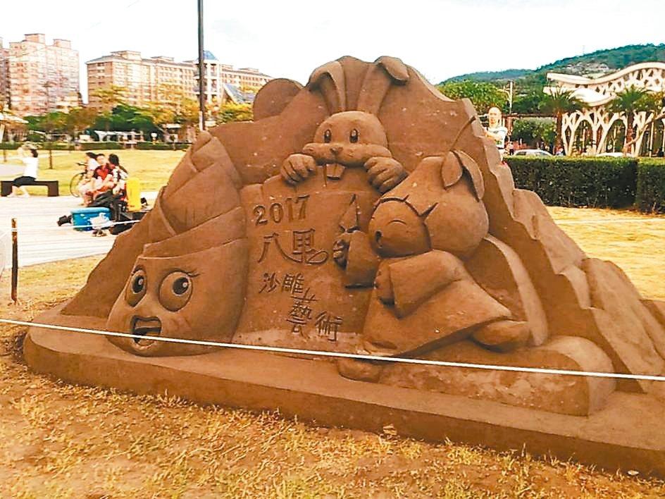 新北市高灘地管理處在八里左岸打造全台首創城市沙雕展,以「通往八里的婚〝沙〞」為主...