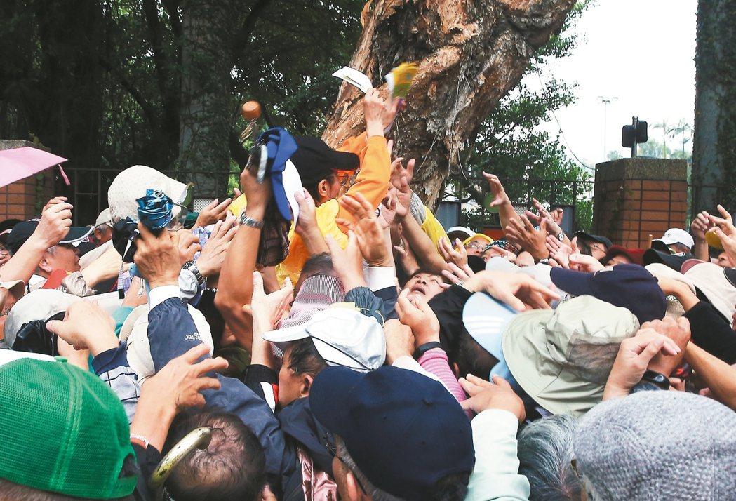 台北市昨天舉辦重陽長青健行活動,因發放兌獎券時動線混亂,現場民眾搶成一團。 記者...