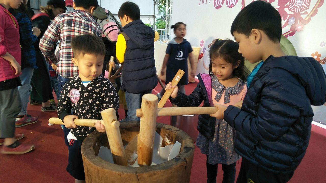 板橋區公所在重陽節活動,舉行古早味麻糬DIY活動。 記者林麒瑋/攝影