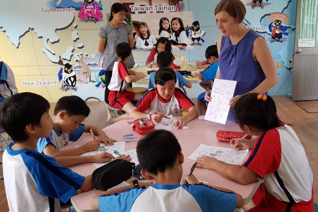 台南市政府推動英語為第二官方語言,106學年度起在8所國小試辦雙語教學計劃。 中...