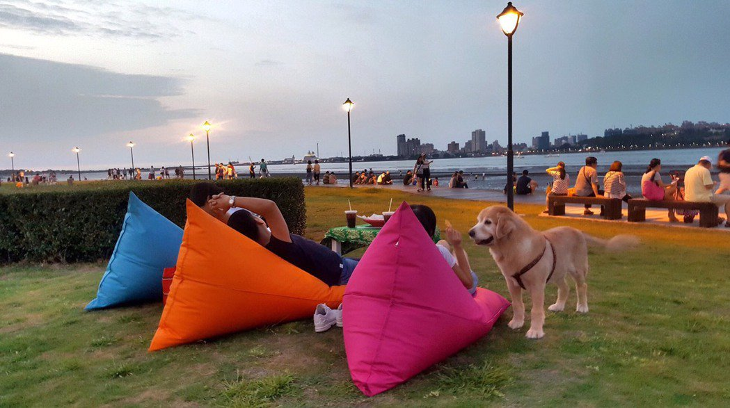 八里左岸公園正舉辦沙雕展,並提供懶骨頭讓民眾借用,可悠閒自在地欣賞河岸風光。 記...