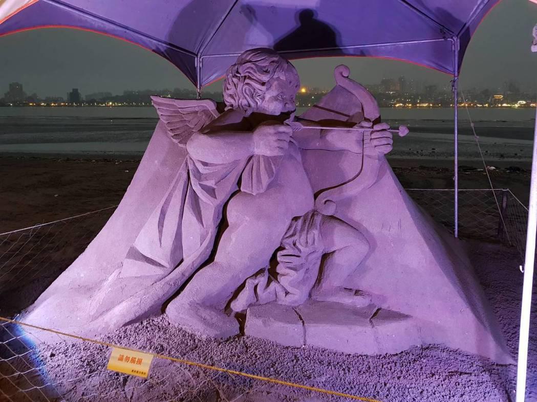 八里左岸的沙雕展,夜間搭配燈光,另有一番浪漫。 記者陳珮琦/翻攝