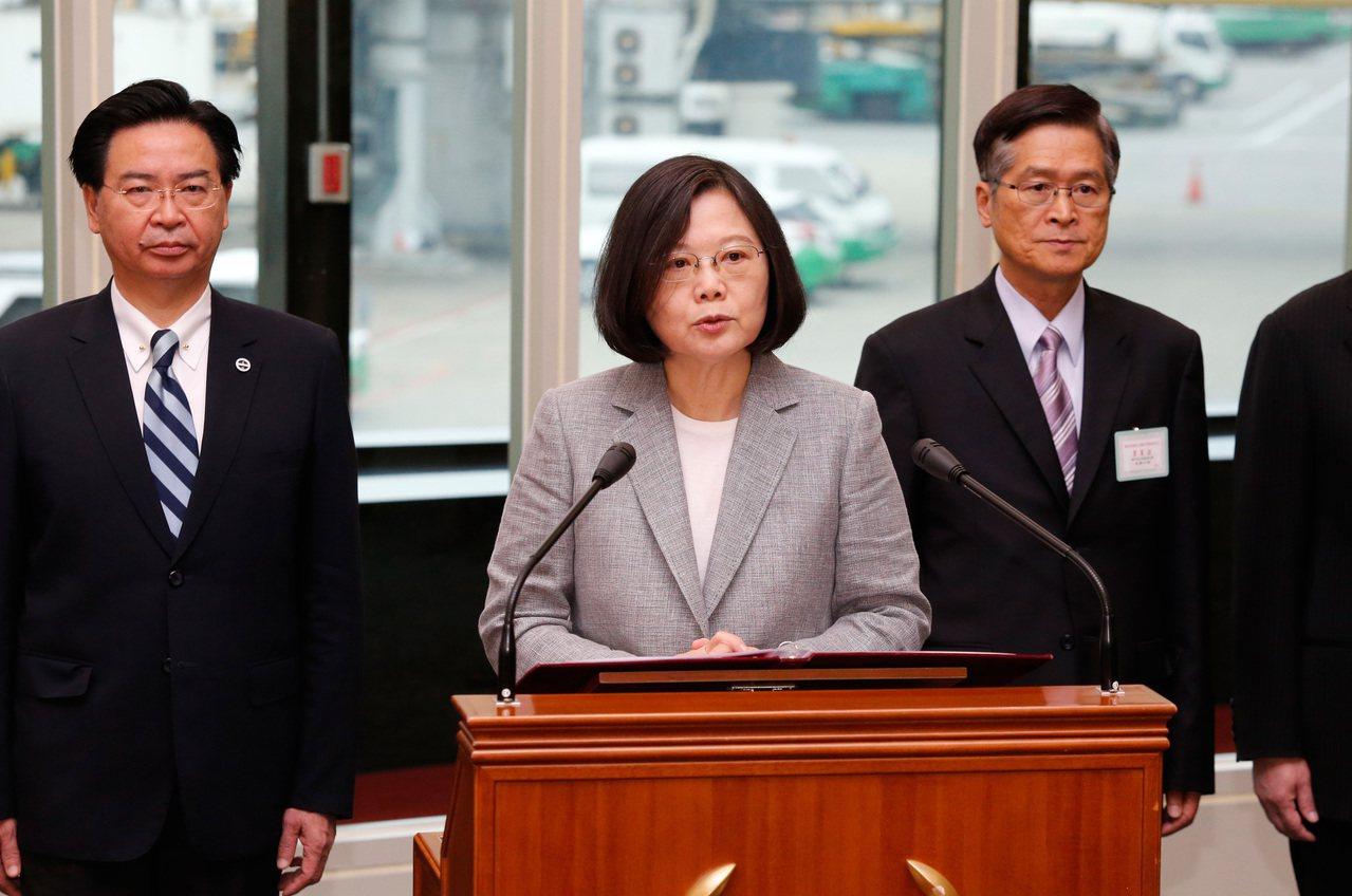 蔡英文總統(中)昨天率團出訪太平洋友邦,總統致詞時表示,不管在外交或內政議題上,...