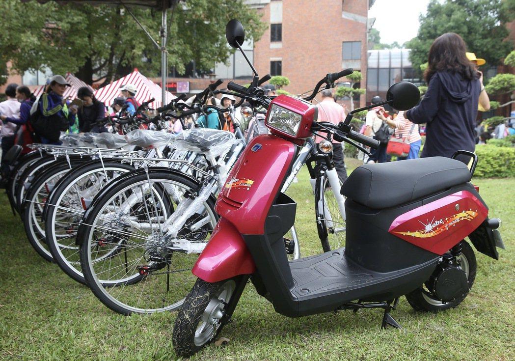 北市重陽長青健行活動,摸彩獎品電動自行車與腳踏車等。 記者余承翰/攝影